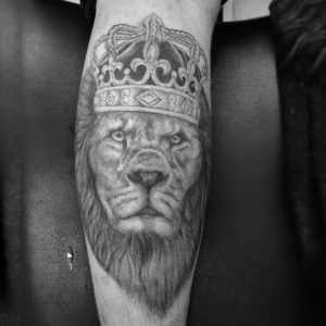 Tätowierung, Löwe, Lion, Krone, Crown, Tattoo, Haut und Tinte, realistic tattoo, Wadentattoo, black&white tattoo, Wolfsburg