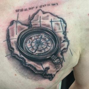 Tätowierung, realistic, Kompass, Koordinaten, Karte, Tattoo, Haut und Tinte, Brusttattoo, Chesttattoo, black&white tattoo, Wolfsburg