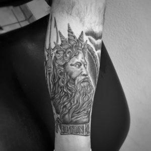 Tätowierung, Mythologie, Neptun, Tattoo, Haut und Tinte, Dreizack, Wadentattoo, black&white tattoo, Wolfsburg